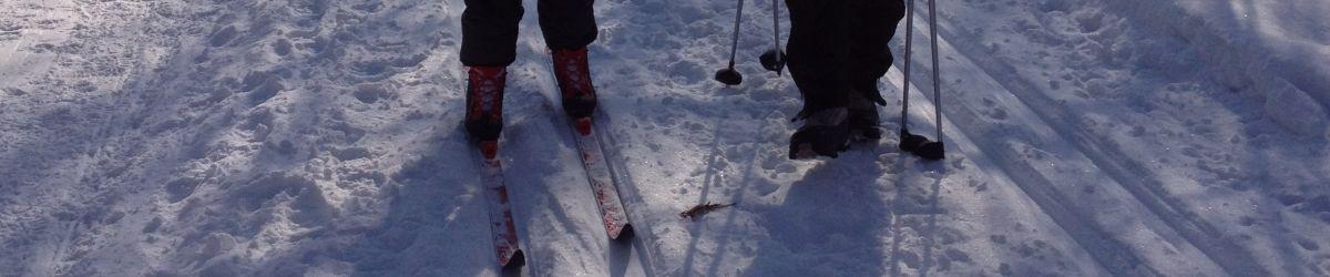 Photo d'un enfant et son moniteur en train de faire du ski de fond.