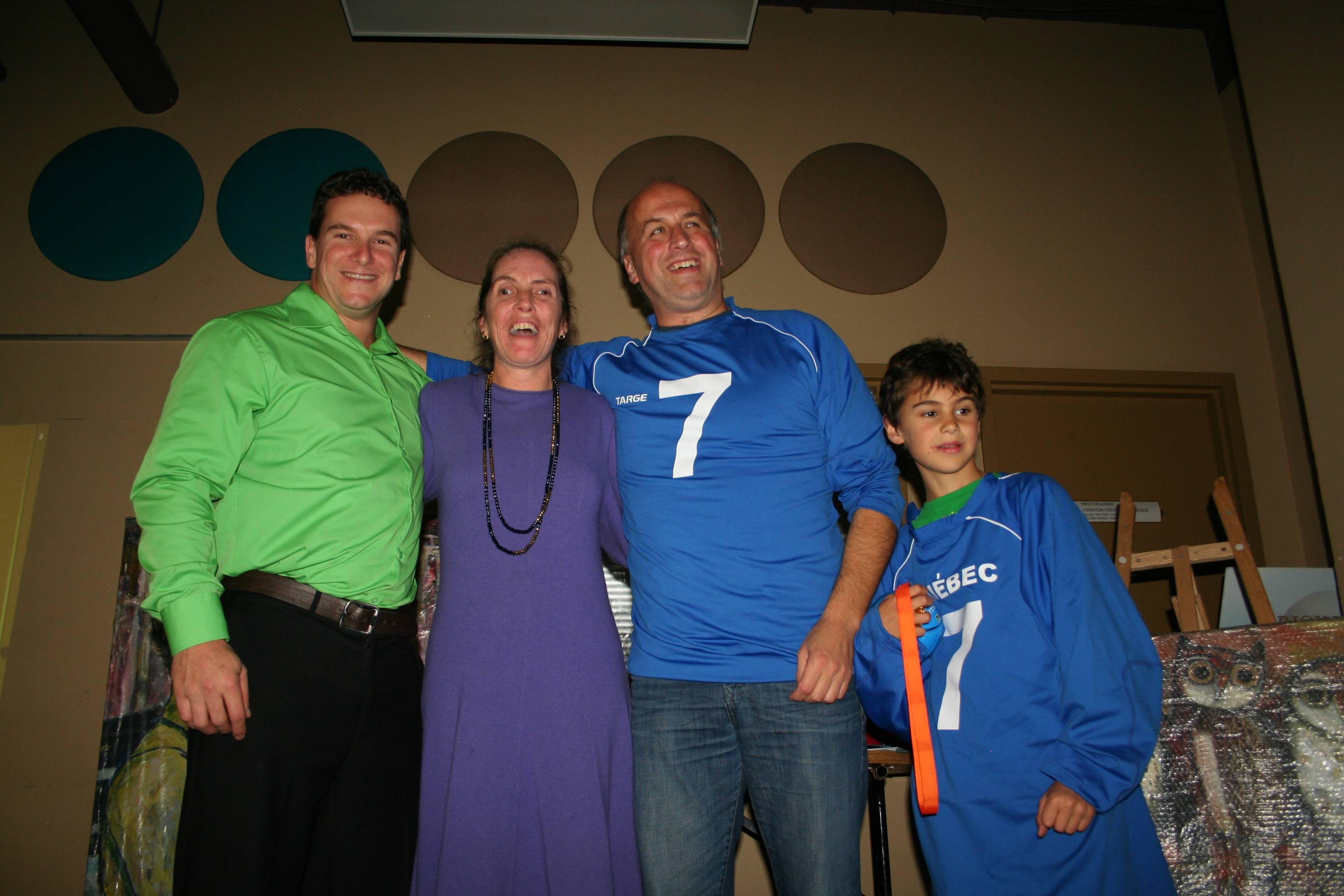 Retrait du chandail #7 de Mario Caron. De gauche a droite: Bruno Haché, Nathalie Chartrand, Mario Caron et son fils.