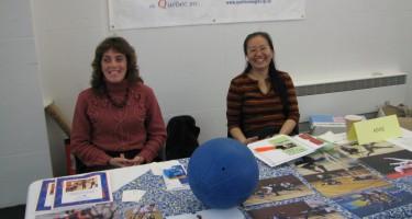 Photo de Technovision 2009. Nathalie Chartrand et Sandra Lu présentent un kiosque.