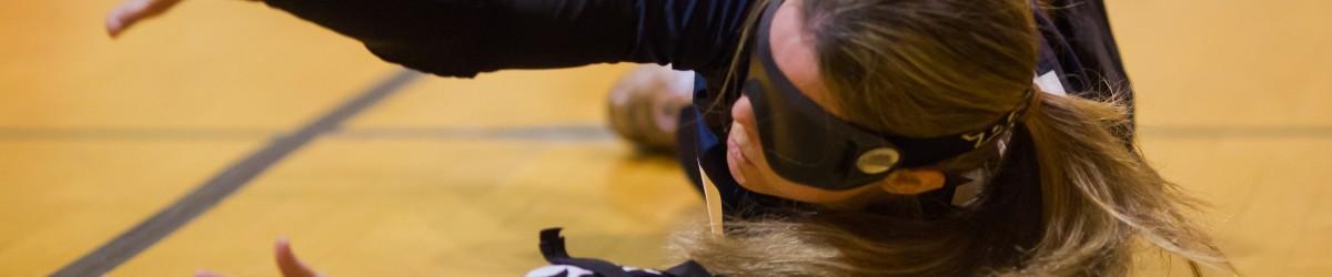 Lors du TIGM 2015, une femme de l'équipe de la NOuvelle-Écosse plonge pour attraper le ballon avec ses mains.