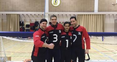 Les quatre membres de l'équipe nationale prennent la pause avec leurs maillots de goalball. Bruno Haché est à gauche.