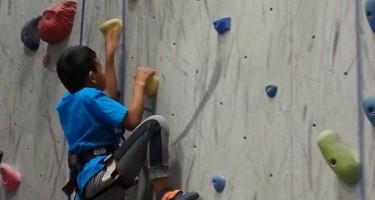 """Un jeune pratique l'escalade à la session de printemps de """"Du Sport pour Moi !"""""""