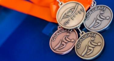Les médailles d'or, d'argent et de bronze, imprimées en braille et avec le logo de l'ASAQ.