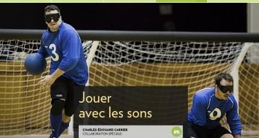 Capture d'écran de La Presse +, oùl'on voit Buno Haché en train de faire un lancer au goalball, et Simon Tremblay agenouillé à terre, prêt à réceptionner le lancer de l'équipe adverse.