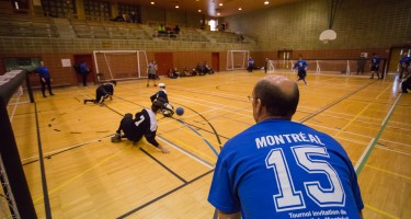 Un officiel mineur dans un match de goalball