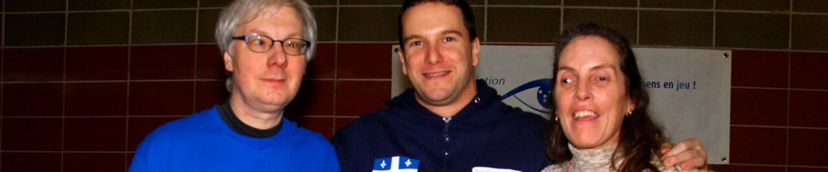 M. Robert Deschênes, président du conseil d'administration de l'ASAQ, Bruno Haché, meilleur marqueur de la 16e édition du Tournoi Invitation de Goalball de Montréal et Mme Nathalie Chartrand directrice générale de l'ASAQ.