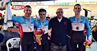 Tristen Chernove, Daniel Chalifour et Jean-Michel Lachance avec les médailles récoltées du Canada au Championnat du monde en paracyclisme. CRÉDIT PHOTO : CYCLISME CANADA