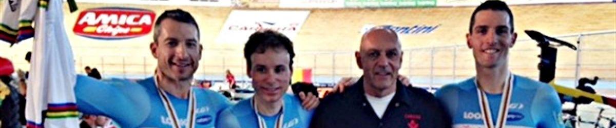 Tristen Chernove, Daniel Chalifour et Jean-Michel Lachance avec les médailles récoltées du Canada au Championnat du monde en paracyclisme. CRÉDIT PHOTO : CYCLISME CANADA