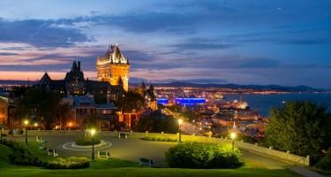 Photo panoramique de la Ville de Québec avec le Château Frontenac et le fleuve au fond.