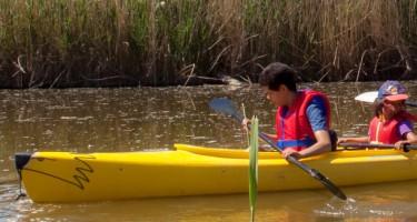"""Les jeunes Agustin et Alba font du kayak avec leur entraîneur Danielle lors de la dernière séance du programme """"Du Sport pour moi!"""""""