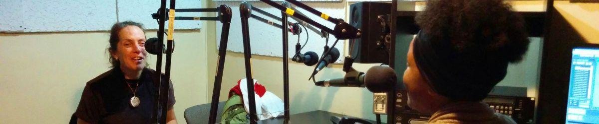 Nathalie Chartrand jase avec Anastasia Laguerra, animatrice à l'émission « À votre santé » diffusée sur les ondes de Radio Centre-Ville 102,3 FM, pour présenter le programme Du Sport pour moi!
