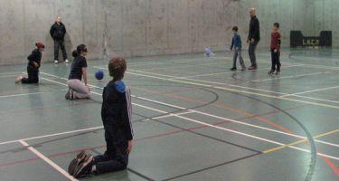 Banner avec deux photos du programme Du Sport pour Moi: un enfant et son entraîneur au cours de natation et plusieurs enfants font du Goalball.
