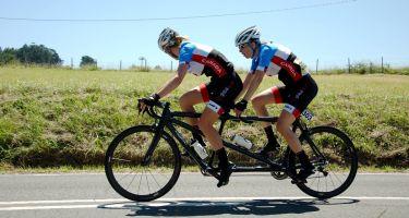 L'athlète en vélo tandem Cindy Morin et Véronique Labonté lors de la course sur route à la coupe du monde en Espagne. Crédit photo : Patrick Van Heghe.