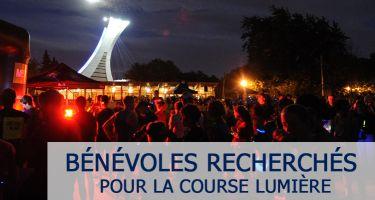 Photo des participants à la Course Lumière en attente du départ. La tour Olympique au fond illuminée.