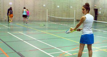 Jessica se prépare à effectuer un lancé avec sa raquette de tennis sur la main droite.