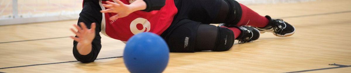 Nancy Morin en position défensive lors d'un match de goalball. Crédit-photo: Comité paralympique canadien.