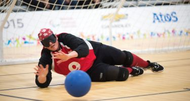 Nancy Morin en position défensive lors d'un match de goalball. Crédit-photo: Comité paralympique canadien.