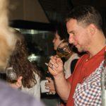 Bruno Haché, athlète de goalball, déguste du vin