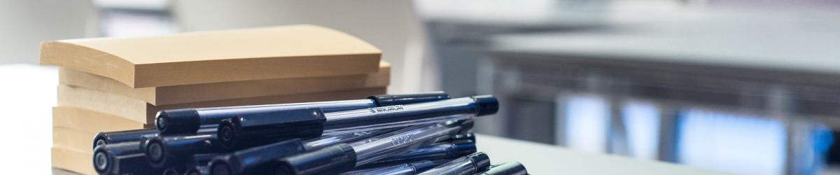 Pile de post-its et de crayons sur une table