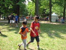 Photo. Deux enfants s'entraînent à guider une personne aveugle.