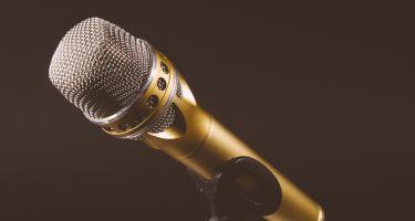 Microphone en or sur fond noir.