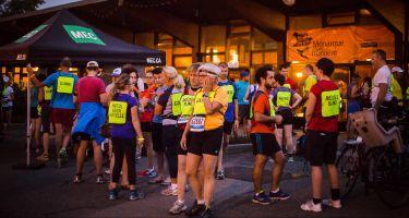 Photo des coureurs avant le départ pour la Course-Lumière 2016, devant le chalet du Parc Maisonneuve.