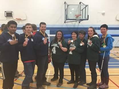Tous les joueurs du Québec avec leurs médailles. De gauche à droite: Rakibul Karim, Tristan Lépine-Lacroix, Bruno Haché, Kathy Beaumier (entraîneure), Guylaine Malenfant, Marie-Anne Pétrin, Nathalie Chartrand et Sabrina Pilon.