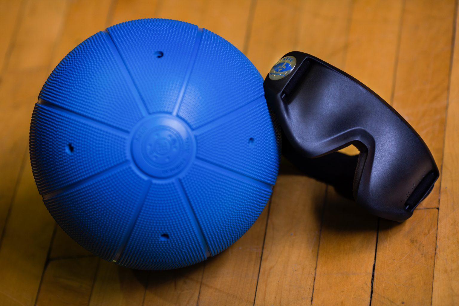 Photo d'un ballon et de lunettes de goalball.