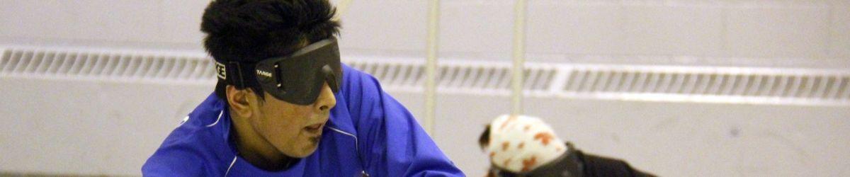 Rakibul en position defensive lors d'une partie de Goalball.
