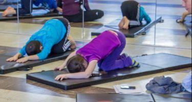 Yigit, Melodie et Hoa en train de faire une posture de Yoga.