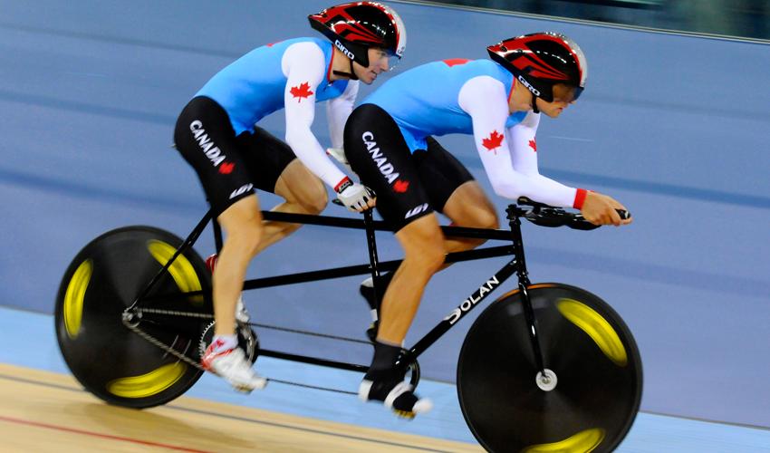Photo de Daniel Chalifour et son pilote en train de rouler à vélo aux Jeux paralympiques.