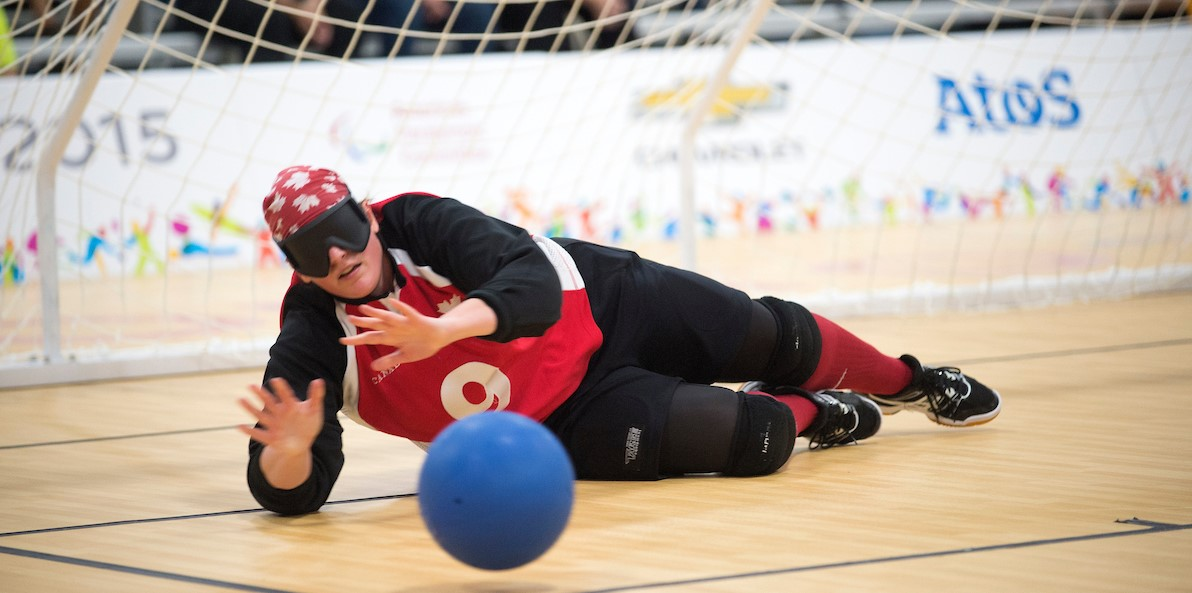 Photo de Nancy Morin aux Jeux paralympiques en train de bloquer un ballon.