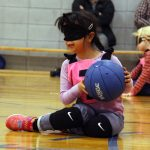Amélie de Québec, souriante, elle tient le ballon.
