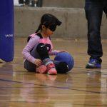 Amélie de Québec au sol, air concentré, a le ballon.