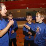 Nathalie et un joueur de Granby parlent lors de la remise des médailles.