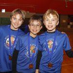 Les joueurs de Granby posent avec leurs médailles d'or.