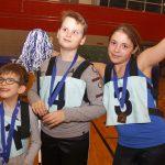 Les joyeux joueurs de Montréal-Est posent avec leurs médailles d'argent.
