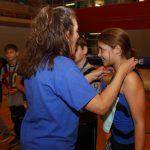 Gabrielle de Montréal-Est sourit alors que Nathalie lui donne sa médaille.