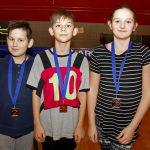 De fiers joueurs des Laurentides posent avec les médailles de bronze.
