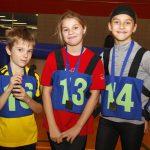 Les joueurs de Montréal posent avec leurs médailles noires (4e) et sourient.