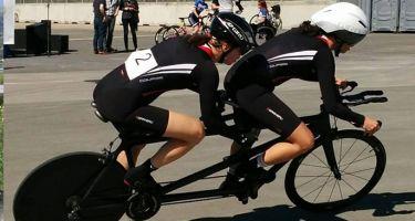 D'un côté de l'image Annie et sa pilote Evelyne Gagnon. De l'autre côté, Cindy Morin et sa pilote sur leur vélo-tandem en pleine compétition.