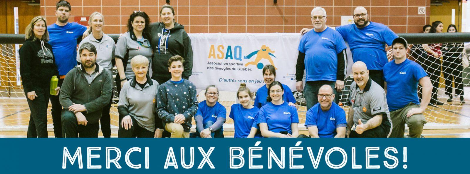 Bandeau Merci aux bénévoles - Photo de quelques arbitres et officiers mineurs devant un but de goaball avec le logo de l'ASAQ au centre de l'image. Crédit-photo: Merryl B. Photographe.