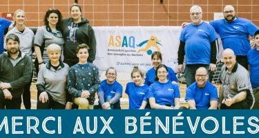 Photo de groupe bénévoles - quelques arbitres et officiers mineurs avec le logo de l'ASAQ au centre de l'image.