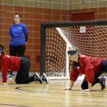 Deux athlètes de l'équipe féminine de l'Alberta en position défensive lors d'une partie.