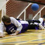 Joueur de l'équipe de la Californie couché au sol pour essayer de faire un arrêt.
