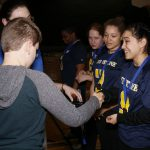 Ludovic Charbonneau, jeune membre de l'ASAQ et joueur de mini-goalball remet la médaille de bronze à l'équipe féminine Turnstone Flyers.