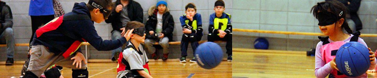 Banner - programme L'inclusion à l'envers avec deux images de mini goalball: Moment saisi pendant le lancer de Samuel et Amélie souriante tient le ballon.