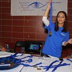 Ines qui montre les médailles.