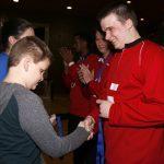 Ludovic Charbonneau, jeune membre de l'ASAQ et joueur de mini-goalball remet la médaille d'or à l'équipe de l'Alberta.