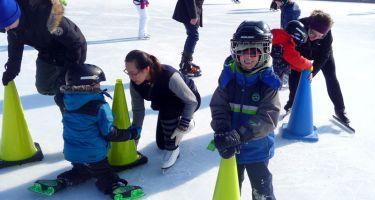 Le groupe de jeunes participants au programme Du Sport pour Moi! accompagnés par leurs entraîneurs, lors de la première séance d'initiation au patin, à la Patinoire du Vieux-Port de Montréal.